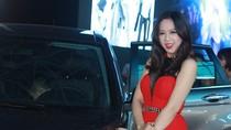 Người đẹp Minh Phương diện váy xẻ cao bên xe Honda mới