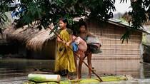 Dân Ấn Độ lênh đênh trên bè chuối