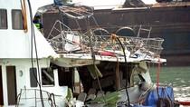 Trục vớt xác tàu Hồng Kông hư hỏng nặng sau tai nạn