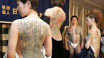 Nữ mafia Nhật lộ hình xăm trong nhà tắm công cộng