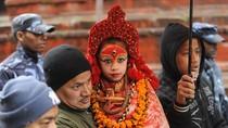 Bé gái Ấn Độ trong vai nữ thần trinh tiết
