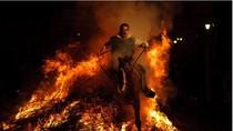 ẢNH: Lễ hội cưỡi ngựa nhảy qua lửa ở Tây Ban Nha
