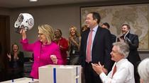 Hillary Clinton được tặng mũ bảo hiểm khi đi làm