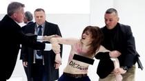 Phụ nữ ngực trần tìm cách tấn công Tổng thống Putin