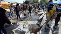 Video: Người biểu tình Bangkok dọn dẹp đường phố đón sinh nhật Nhà Vua