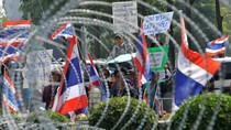 Phe biểu tình, áo đỏ dọa cùng bao vây các địa điểm bỏ phiếu ở Bangkok