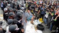 Người biểu tình Thái Lan vây tòa nhà chính phủ, thách thức cảnh sát