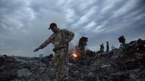 Video: Lực lượng ly khai Ukraine lục lọi hiện trường ngay sau vụ rơi MH17