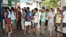 Hàng loạt cây ATM hết tiền, hàng trăm công nhân phơi nắng