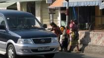 Nhóm trẻ liều lĩnh chặn ôtô chạy nhanh trên quốc lộ 1A để xin tiền