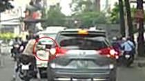 """Dừng đèn đỏ ở phố Sài Gòn, ô tô bị """"vặt"""" gương chiếu hậu"""