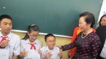 Ly sữa nhỏ làm ấm lòng trẻ em tiêm vắc xin sởi - rubella