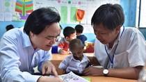 Cuộc hội ngộ xúc động của Bộ trưởng Nhạ và cậu bé tý hon Đinh Văn K'Rễ