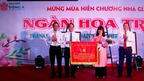 Đại học Đông Á nhận cờ thi đua của Bộ Giáo dục và Đào tạo