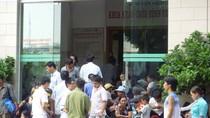 """Chùm ảnh: Ngày nắng nóng, """"nghẹt thở"""" ở Bệnh viện Bạch Mai Hà Nội"""