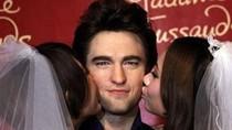 """Tượng sáp Robert Pattinson """"bị"""" 2 cô dâu Thượng Hải hôn"""