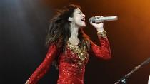 """""""Nóng bừng"""" vì Selena Gomez mặc... thiếu vải"""