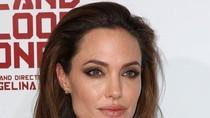 Angelina căng thẳng với cảnh nóng trong phim đầu tay