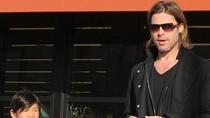 Pax Thiên cưỡi môtô cùng Brad Pitt
