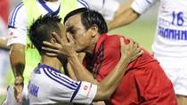 Xôn xao nụ hôn đồng giới thầy - trò ở giải U21 Báo Thanh Niên