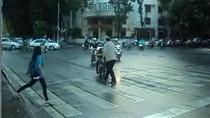 Video: Ông Tây chặn xe, yêu cầu đi đúng làn đường ở thủ đô Hà Nội