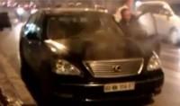 Clip: Xế hộp Lexus bốc khói nghi ngút trên phố