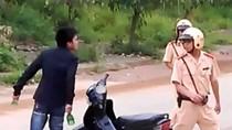 Nam thanh niên túm cổ cảnh sát, đập phá xe công vụ