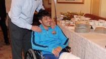 Gãy chân, rời viện trên xe lăn, Villa vẫn tươi cười