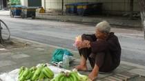 """Video: Xót xa cảnh """"dị nhân"""" hơn 60 năm bán chuối ở Hà thành"""