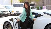 Kim Kardashian đi đổ xăng cho chiếc Ferrari trắng muốt