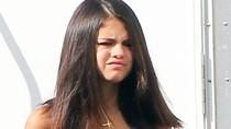 Selena Gomez mặt nhăn nhó như... ăn nhầm ớt