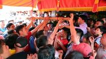 Hàng trăm thanh niên chen lấn giằng cây bông lấy may