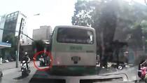 Xe bus TP.HCM lao như 'xe điên', lấn làn đường, vượt đèn đỏ