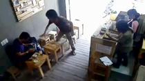 Clip: Lao vào cướp iPad trong quán cà phê giữa ban ngày