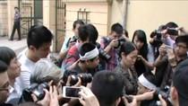 Video: Gia đình chị Huyền trên đường vào dự tòa