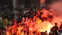 Sân Vinh bị phạt nặng vì CĐV SLNA đốt pháo sáng