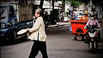 Video Cười: Bà già đập siêu xe