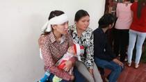 """Đang xét xử vụ """"quan tài diễu phố"""": Vợ nạn nhân ôm con khóc bên ngoài"""