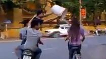 Nóng tối 4/4: Cư dân mạng phẫn nộ với trò tạt nước vào người đi đường