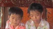 Trẻ em nghèo vượt hồ tìm con chữ