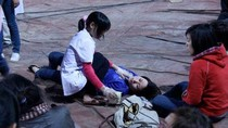 Trường có 70 nữ sinh ngất xỉu; Phụ huynh đánh nữ sinh cấp cứu