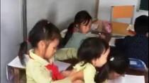 Xót lòng tiếng khóc khát sữa của những em bé theo chị đi học