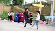 Những nghệ sĩ mang khăn quàng đỏ trên cao nguyên đá Đồng Văn