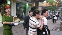 Toàn bộ ảnh Đàm Vĩnh Hưng bị 2 công an 'bủa vây' trên phố Huế