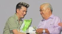 Mr Đàm tặng 70 triệu đồng cho nghệ sĩ già đón Tết