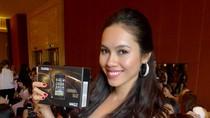 Hoàng My tươi cười khoe smart phone tại cuộc thi Hoa hậu Thế giới
