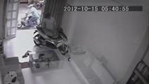 VIDEO: Táo tợn phá cửa trộm 2 chiếc xe tay ga giữa ban ngày