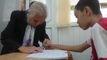 Bà cụ gần 90 tuổi vẫn tận tụy dạy học miễn phí cho học sinh khuyết tật