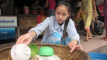 Tân sinh viên rửa bát kiếm 10.000đ/ngày để có tiền nhập học
