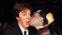 Lady Gaga... trùm 'lưới đánh cá' lên thảm đỏ Grammy